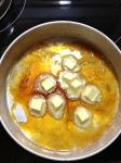 Une fois le sucre fondu et doré, ajouter le beurre