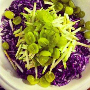 Salade de choux rouge, pommes et raisins verts