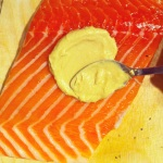 badigeonner le saumon de moutarde de dijon