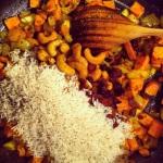 Ajouter le riz, les raisins et les noix