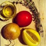 Oignon, tomate, citron, thym frais et huile d'olive