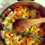 Faire sauter: carotte, oignon, céleri et romarin dans l'huile d'olive (5 min.)