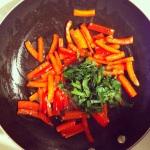 Faire revenir le poivron dans un filet d'huile d'olive et ajouter y le persil.