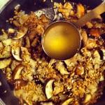Ajouter le bouillon de poulet une tasse à la fois, tout en remuant, et répéter une fois qu'il sera absorbé par l'épeautre.