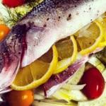 Insérer les tranches de citron à l'intérieur du poisson