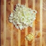 2 oignons et 4 gousses d'ail