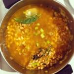 Ajouter les haricots et le bouillon et faire cuire pendant 15 minutes