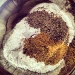 Farine, soda à pâte, sel, chia et graines de lin moulues