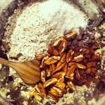 Ajouter tous les autres ingrédients secs et mélanger à la cuillère de bois
