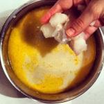 Ajouter le poisson à la base de bouillon de poulet et lait de coco
