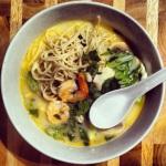 Verser la soupe sur les nouilles, ajouter les oignons verts et de la coriandre fraîche