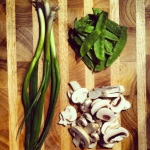 Oignon vert, pois mange tout, champignons tranchés