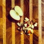 Tailler une pomme gala en petits cubes et les ajouter au mélange