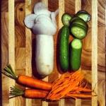 Trancher les concombres et le daikon finement, et les carottes en juliennes