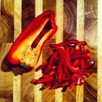 Couper le poivron rouge en fine lanières