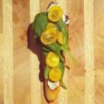 Tartine 2: feuilles de bébé épinard, tomates et poivre